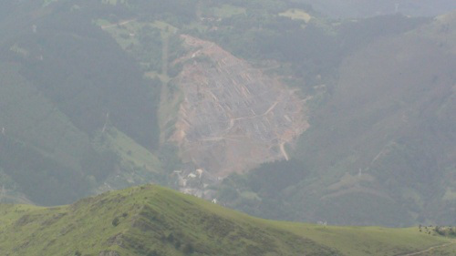 Ejemplo de destrucción de los montes vascos, mediante gigantescas canteras que poreveen de materiales para las hiprtrofiadas infraestructuras que precisa el capital.